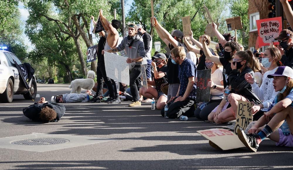 Com protestar en un poble on no hi passa mai res